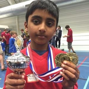 Abhishek Pillai toont trots zijn prijzen die hij behaald heeft op het Nationaal Basisschool Kampioenschap 2015. Niet alleen won zijn team de eerste prijs, ook hijzelf won de eerste prijs voor beste individuele prestatie. Bravo, Abhishek! (foto: zukertortamstelveen.nl)